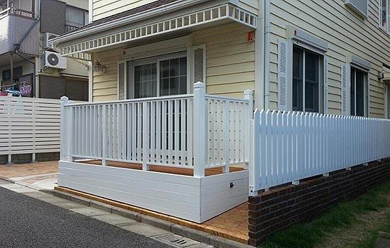 バツー材を使った白いウッドフェンスなどの施工画像 ...